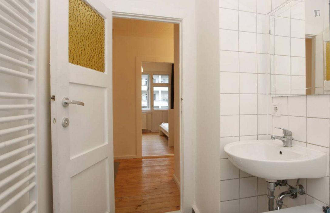 Cosy single bedroom in 3-bedroom apartment