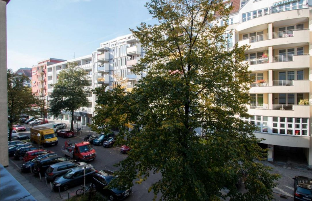 Wide and bright room with enclosed balcony in 2-bedroom apartment in Charlottenburg-Wilmersdorf