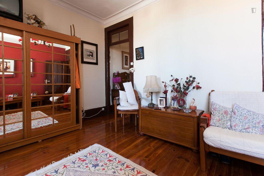Twin bedroom near Marquês metro station
