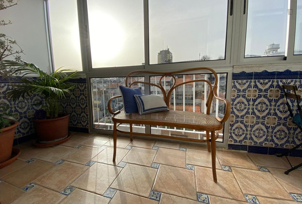 Sunny, spacious and central 2-bedroom flat in Bonfim, with AC and outdoor area