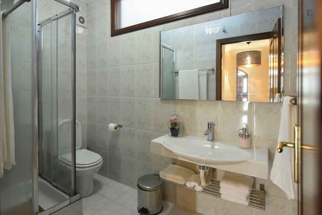 Luminous twin bedroom in a 4-bedroom flat, in Santa Maria de Avioso