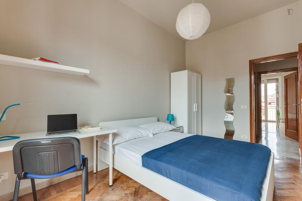 Inviting double bedroom in a 5-bedroom flat, near the Statuto train station