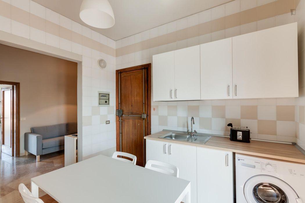 Double bedroom in a 5-bedroom flat, near Villa Fabbricotti