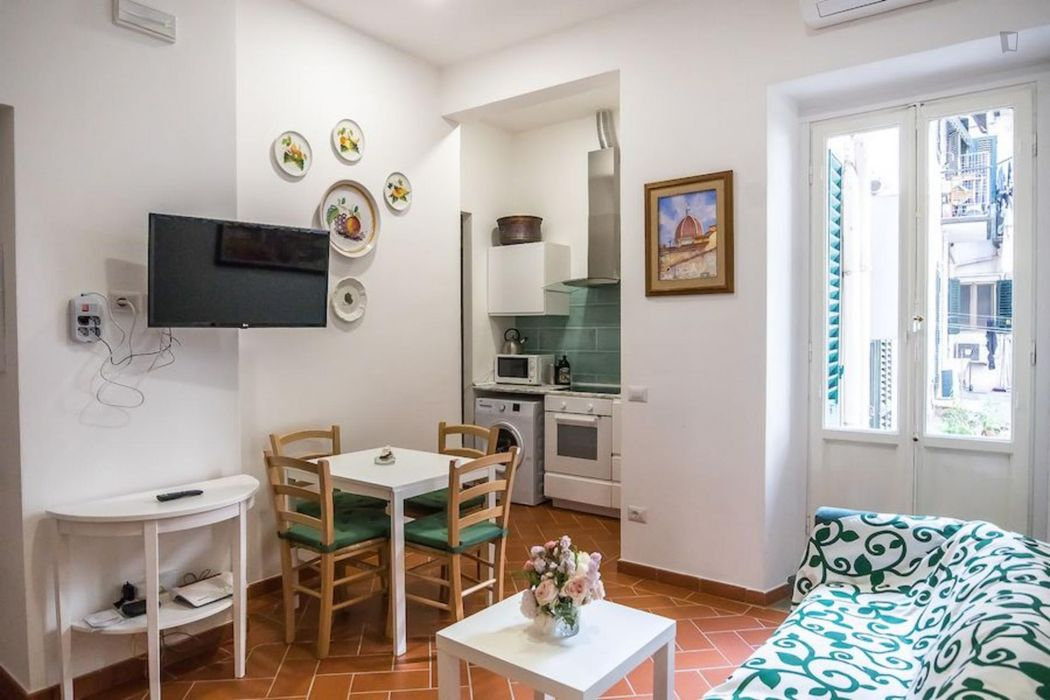 Bed in bright twin room in the heart of Florence