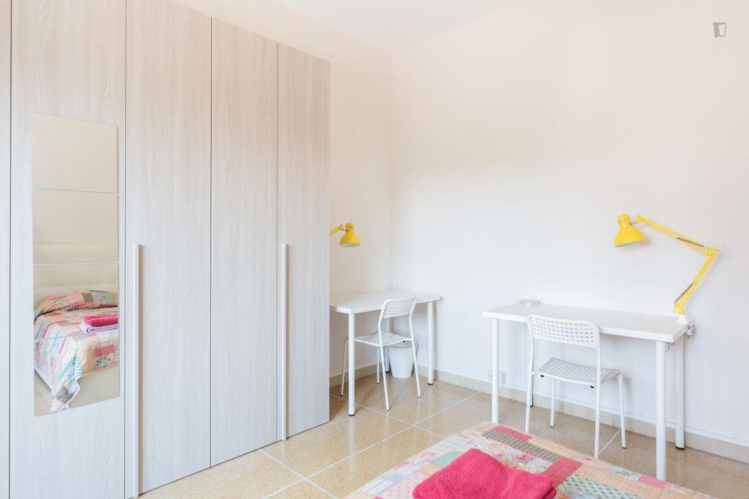 Single bed in a bright twin bedroom in Quartiere Saragozza