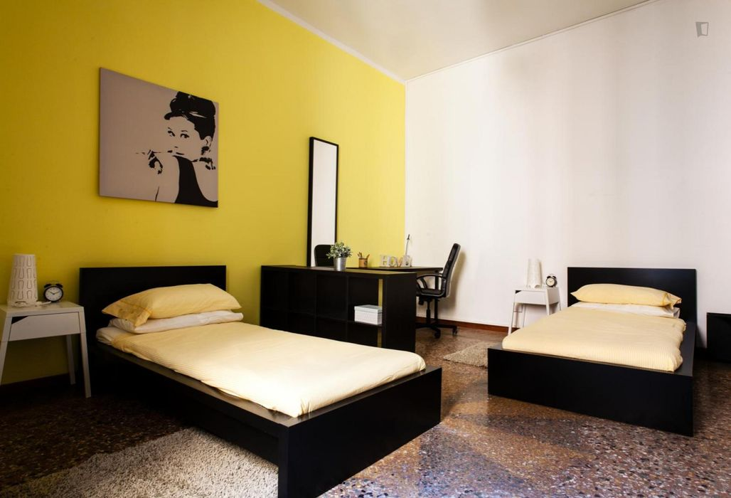 Well-equipped twin bedroom in Centro