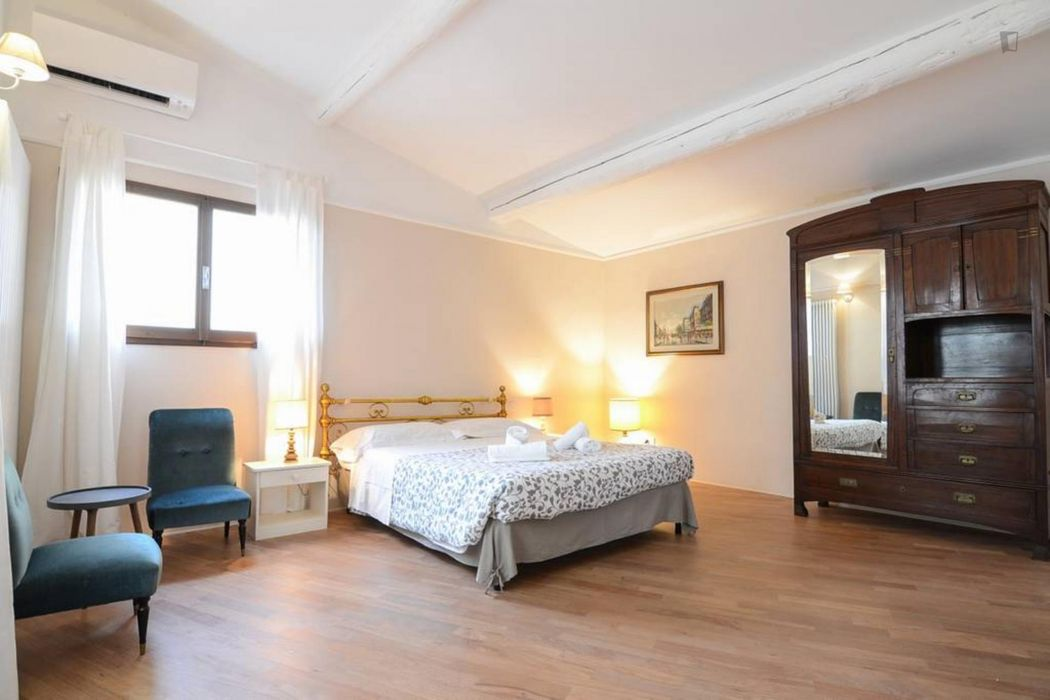 Spacious 3-bedroom apartment close to POLIMODA