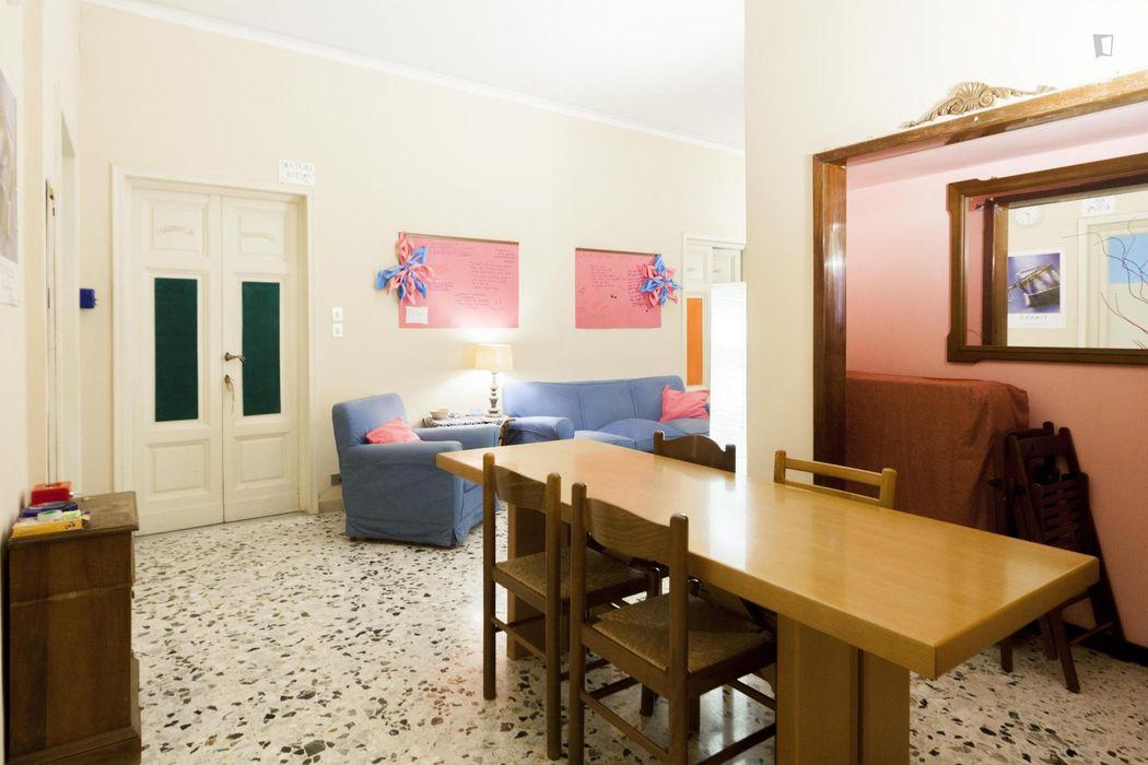 Nice single bedroom in a 6-bedroom flat, in Le Cure neighbourhood