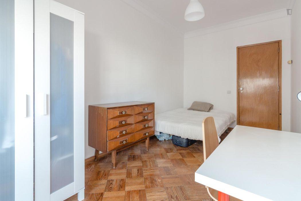 Roomy single bedroom near Campo Pequeno metro station
