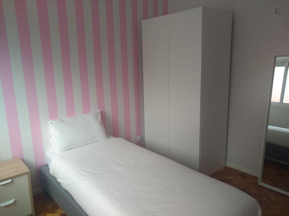Friendly twin bedroom near Nova SBE