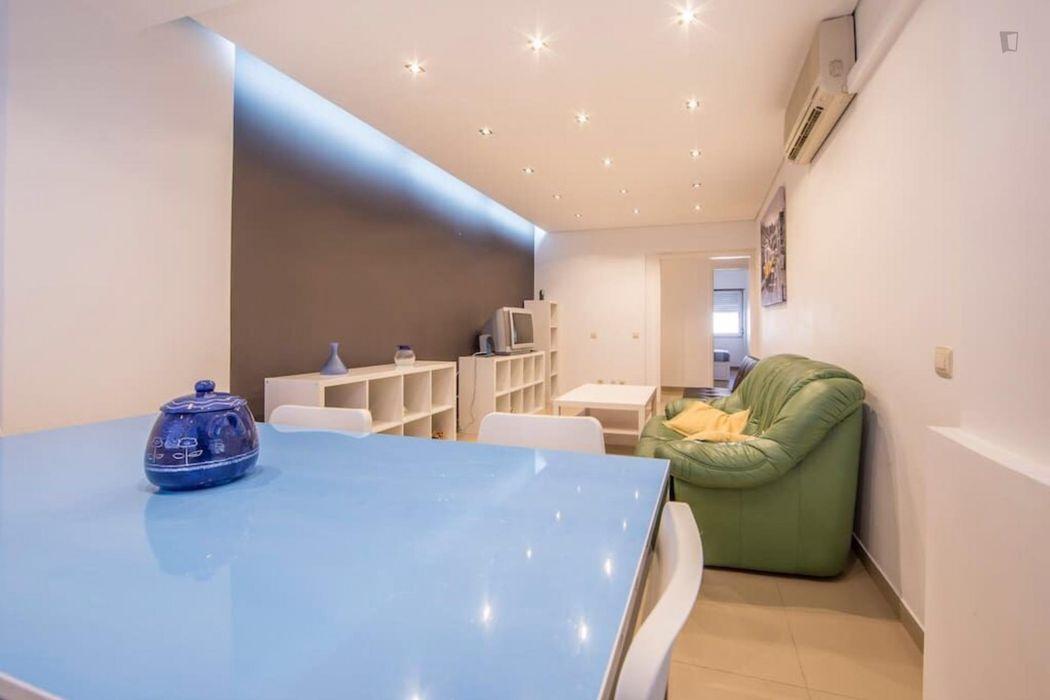 Double bedroom in Costa da Caparica near FCT / EGAS MONIZ
