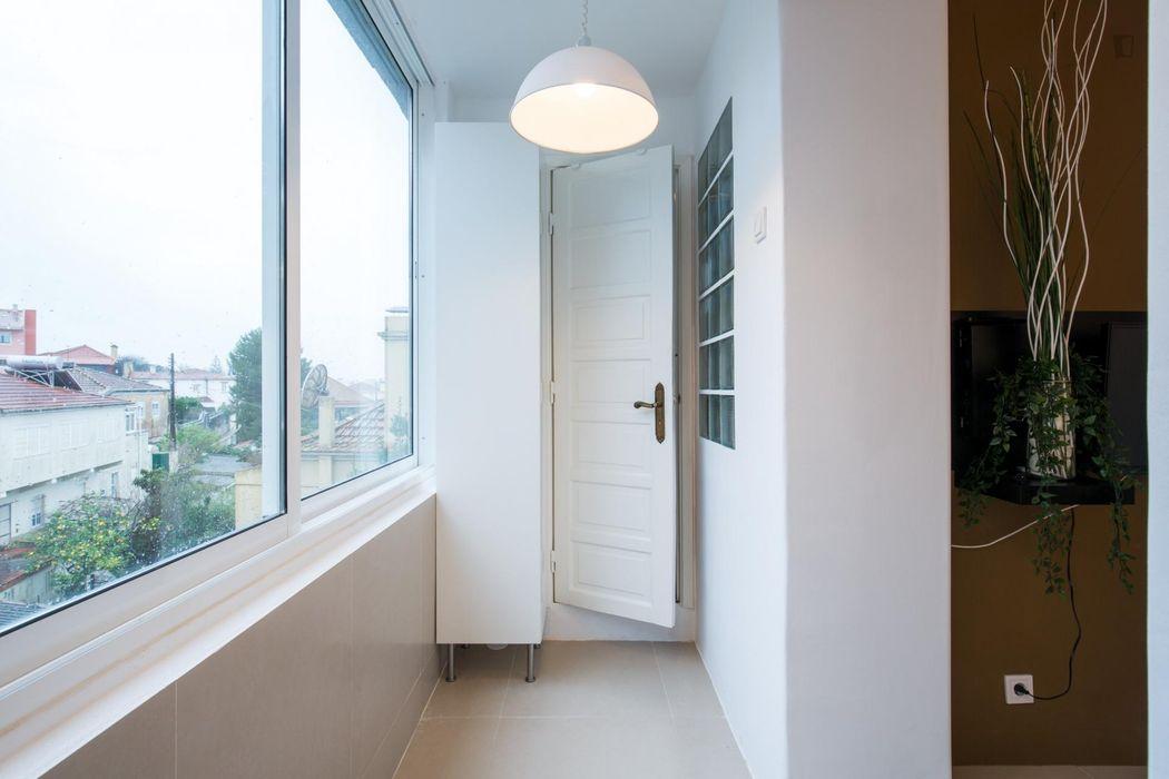 Welcoming double bedroom in Oeiras