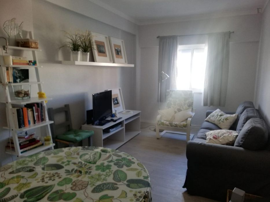 Well-located single bedroom in 3-bedroom apartment near the metro