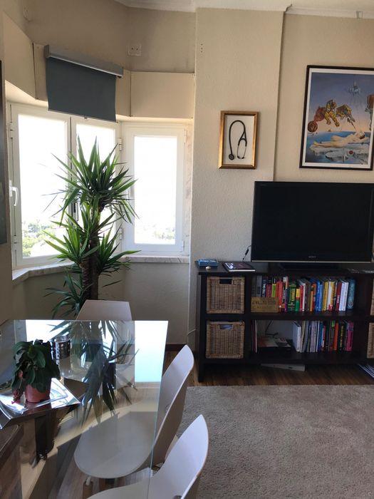 Single bedroom in 2-bedroom apartment, in Carcavelos