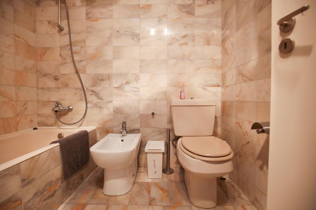 Bright and pleasant twin bedroom, in a 6-bedroom apartment, in Olaias