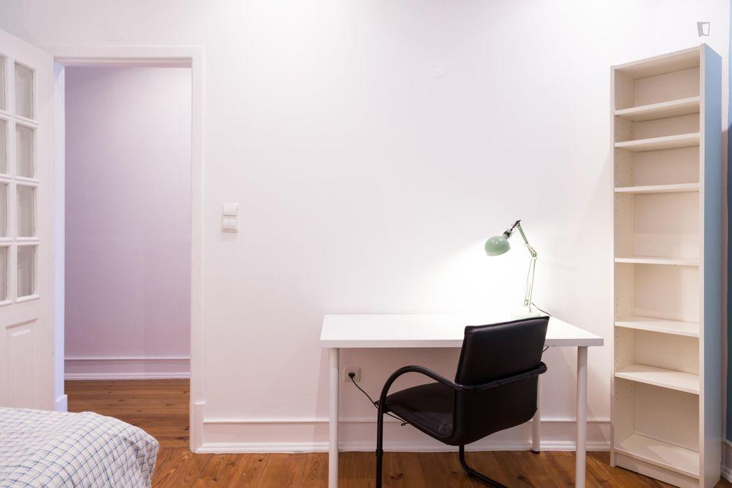 Cheerful single bedroom near Universidade Católica de Lisboa