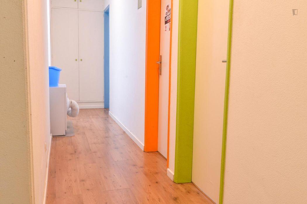 Single bedroom in a 8-bedroom flat
