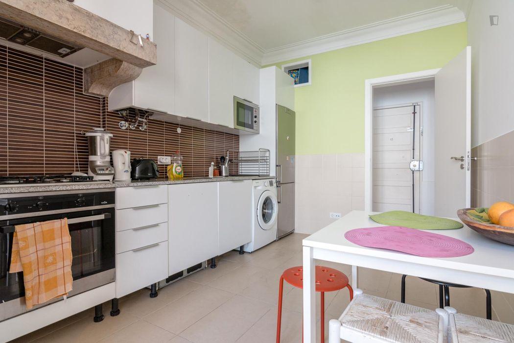 Welcoming single bedroom in a 2-bedroom flat, in Restelo