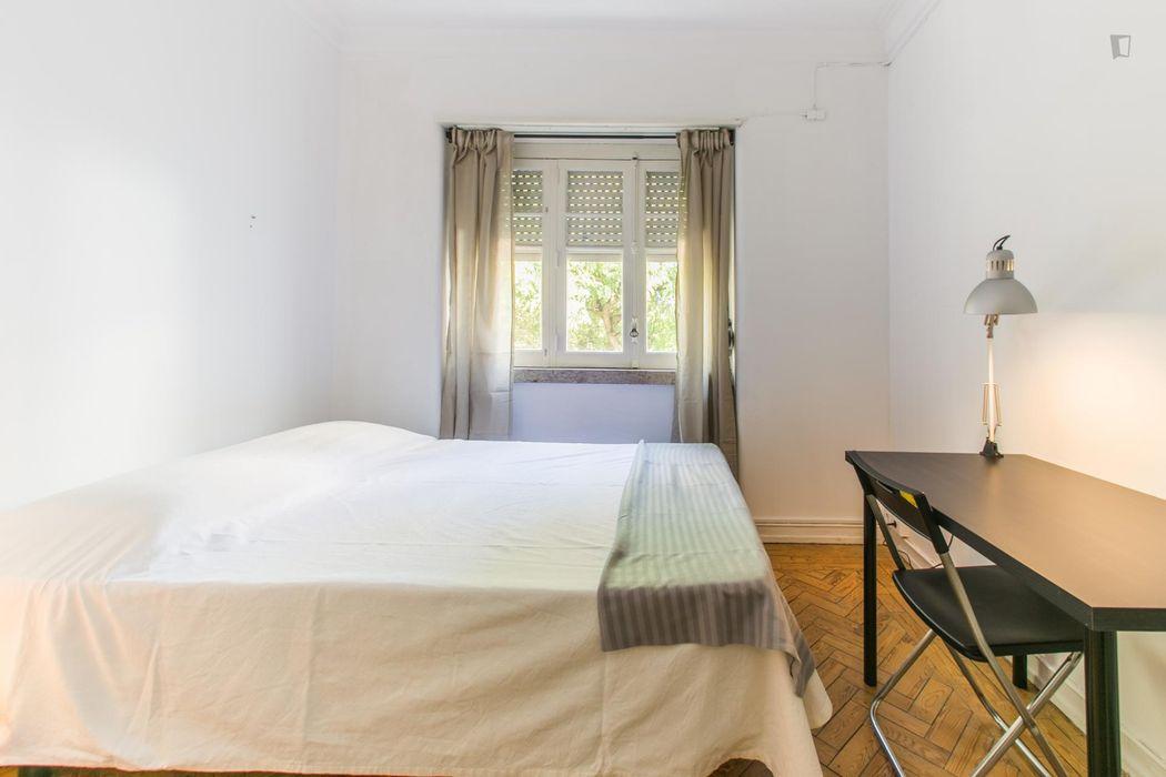 Charming double bedroom near Faculdade De Ciencias Medicas Da Universidade Nova De Lisboa