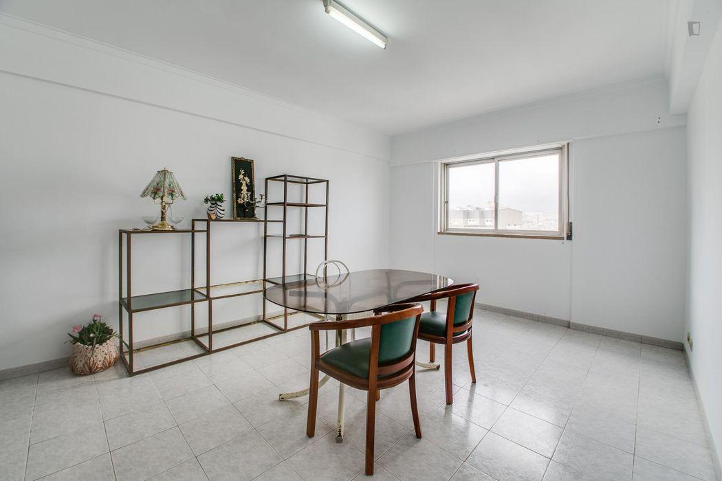 Inviting single bedroom in Pontinha
