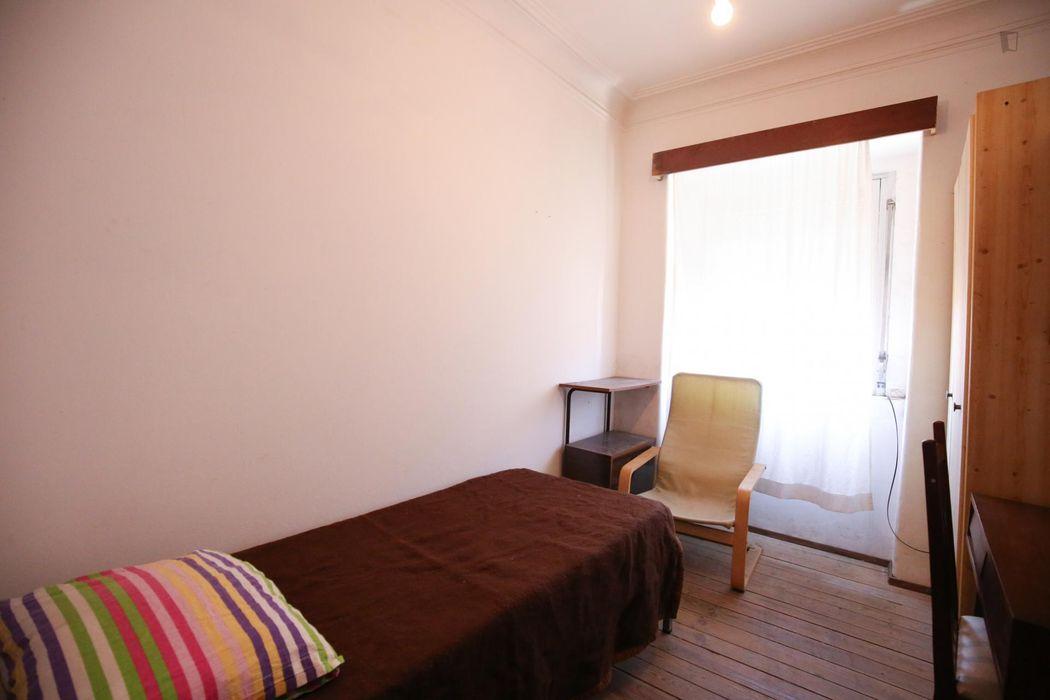 Convenient single room close to Escola Superior de Teatro e Cinema