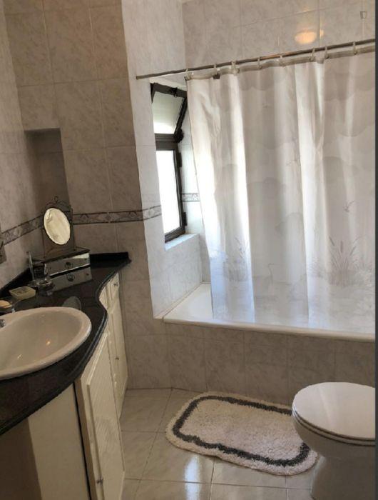 Pleasant double bedroom in Carcavelos