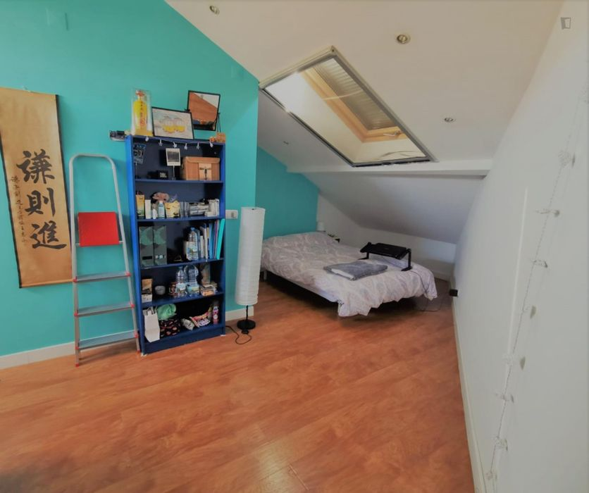 Single bedroom in a 3-bedroom apartment near Aqueduto das Águas Livres