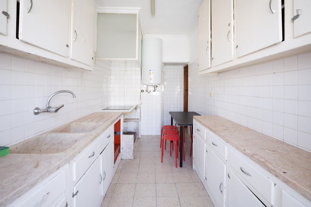 Comfortable single bedroom in a residence in proximity to the Alcântara Terra train station