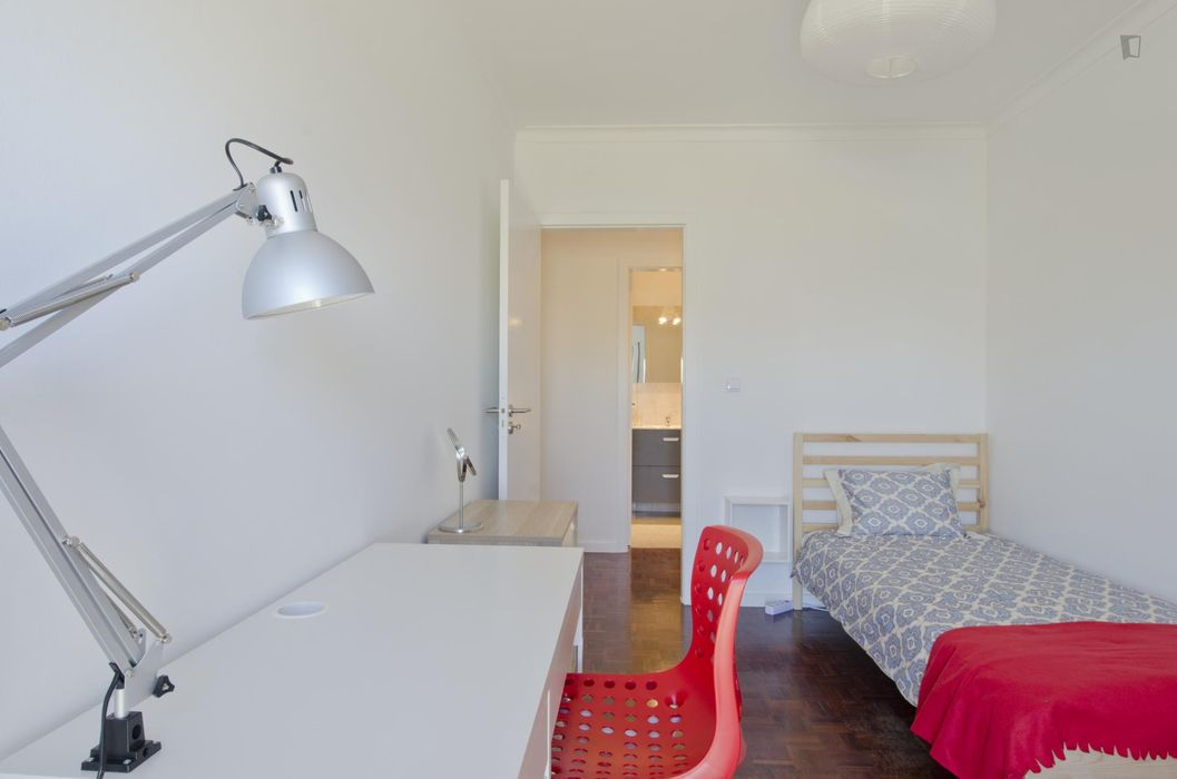 Bright single bedroom in a 3-bedroom apartment in Marvila