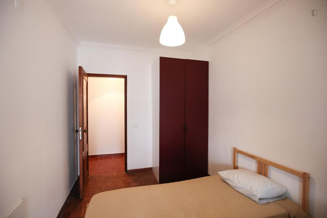 Double bedroom in Parede, near downtown Carcavelos