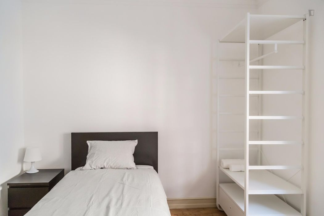Nice single bedroom not far from Santa Apolónia metro station