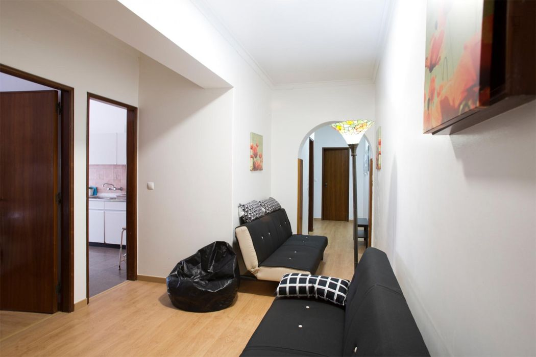 Bright Double bedroom next to Pontinha Metro Station