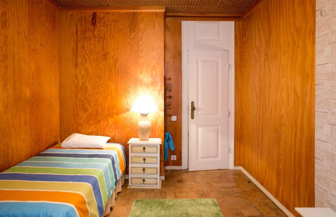 Snug single room near Oeiras train station