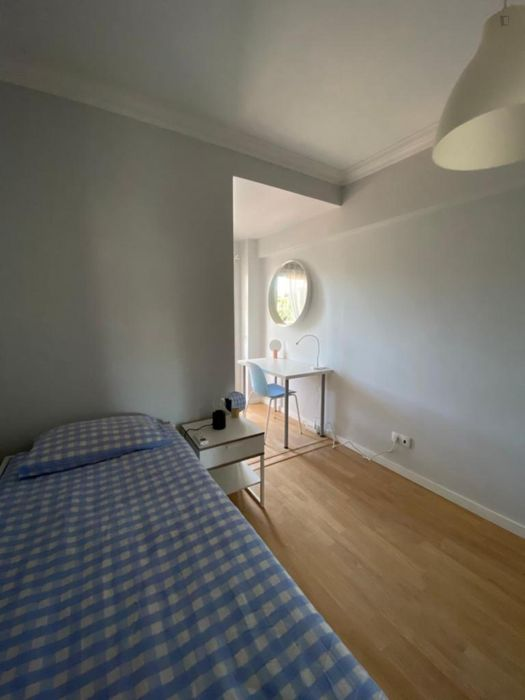 Well-lit double bedroom in Carcavelos