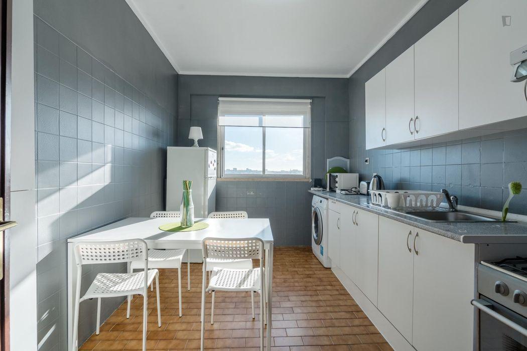 Attractive triple bedroom in a 3-bedroom flat, in Pontinha