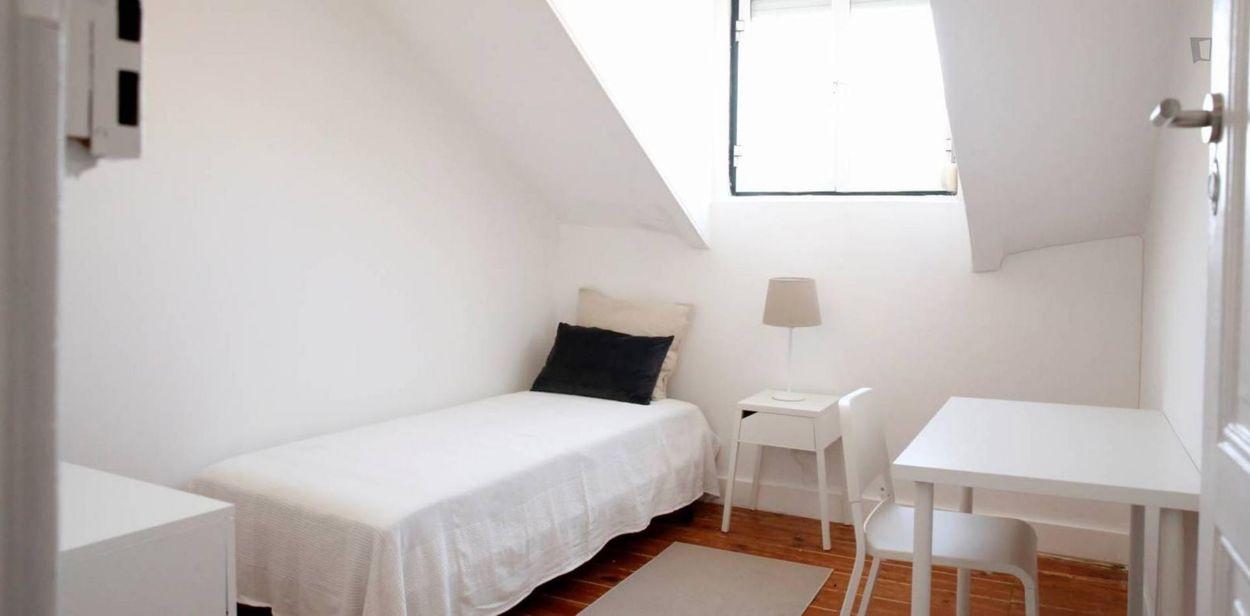 Quarto individual em apartamento renovado na zona nobre de Alcântara