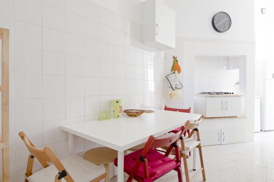 Huge double bedroom in 7-bedroom student apartment in Arroios