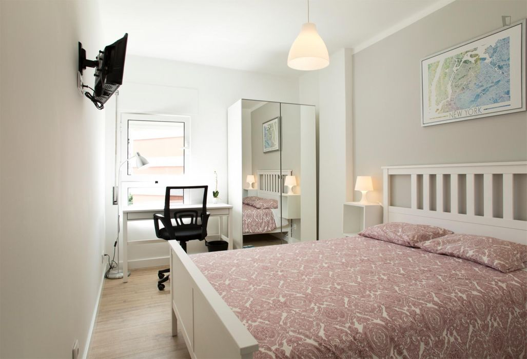 Bright double ensuite bedroom near ISEL