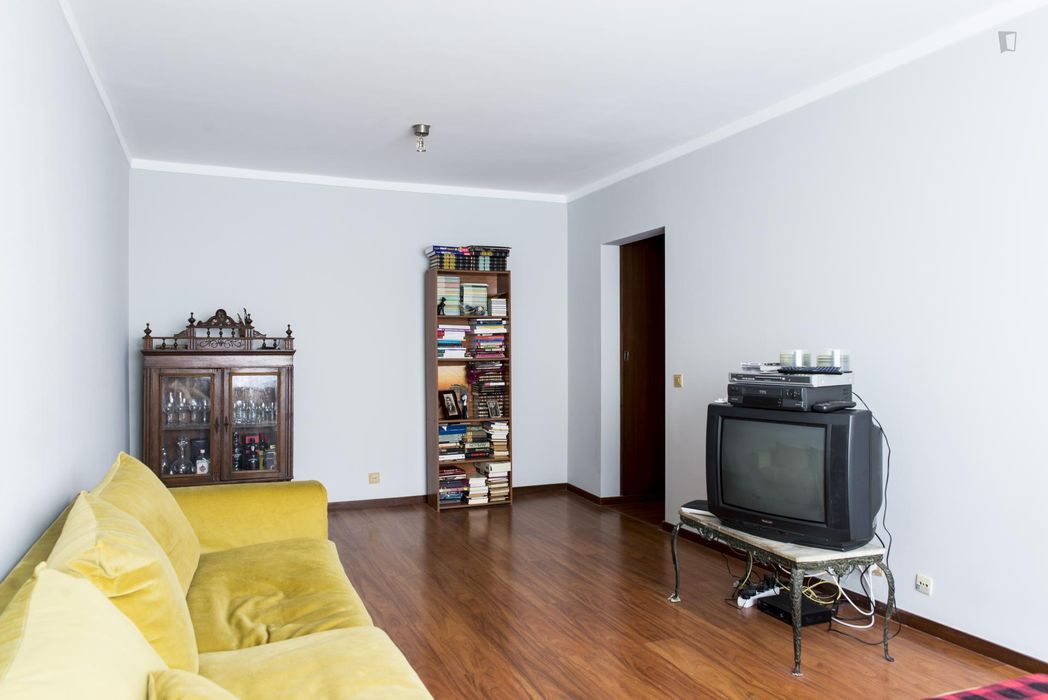 Pleasant double bedroom in a 2-bedroom flat close to the Airport
