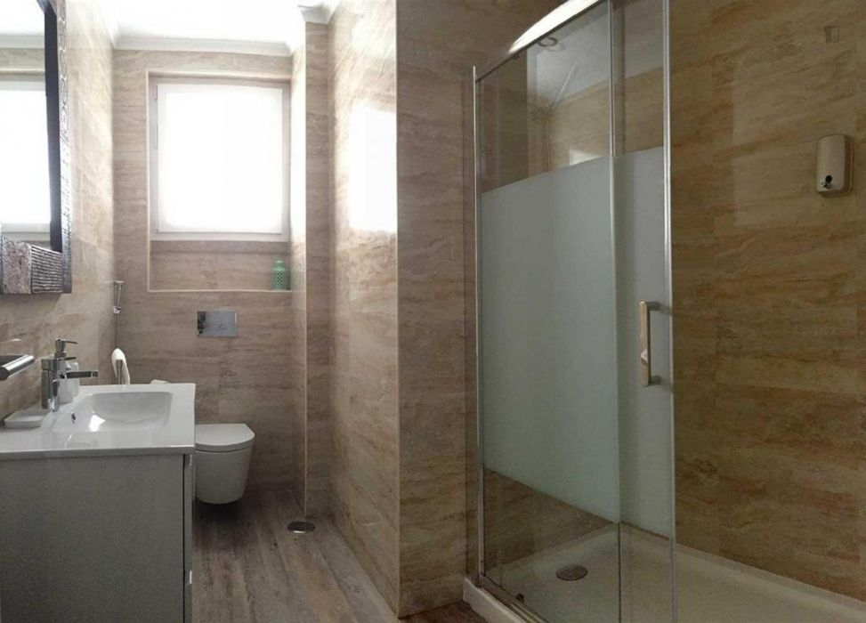 Perfect double bedroom with balcony in Roma-Areeiro