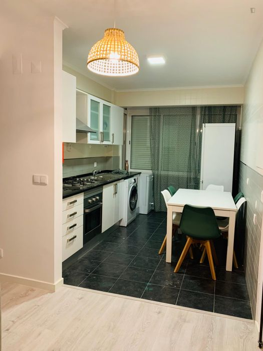 350 per person in twin bedroom in a 4-bedroom apartment in Oeiras