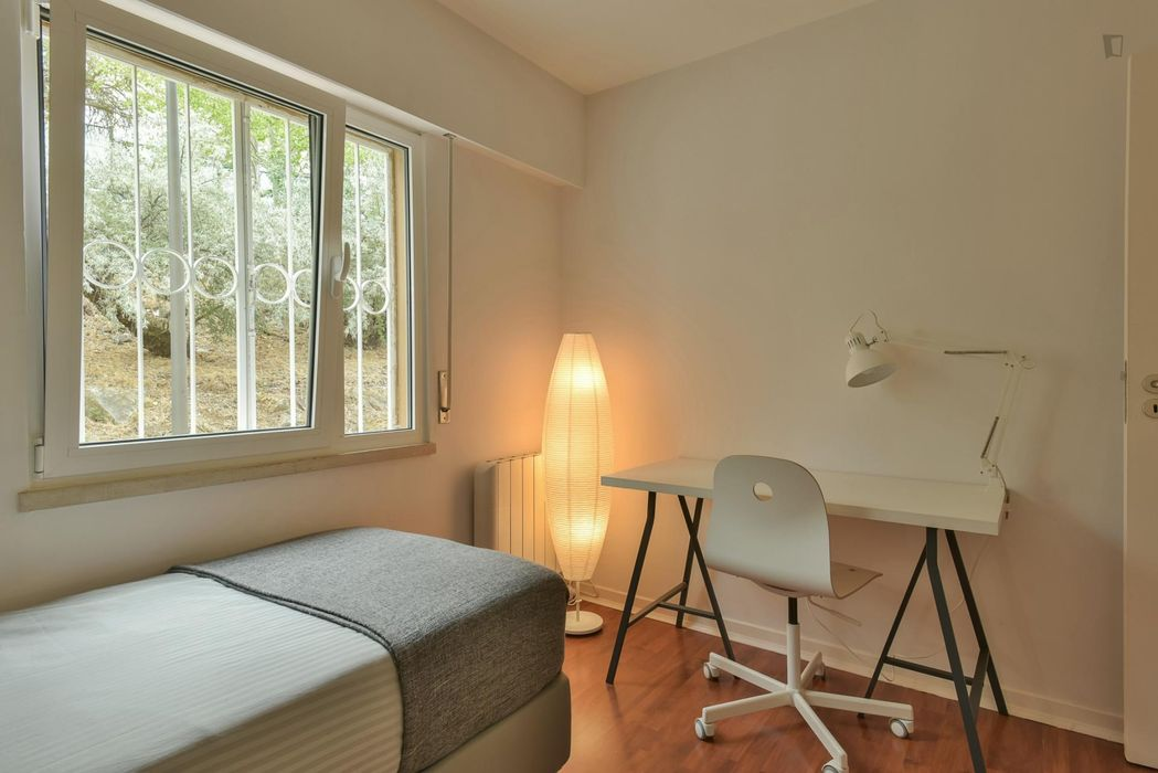 Snug single bedroom near the Oeiras train station Room 2