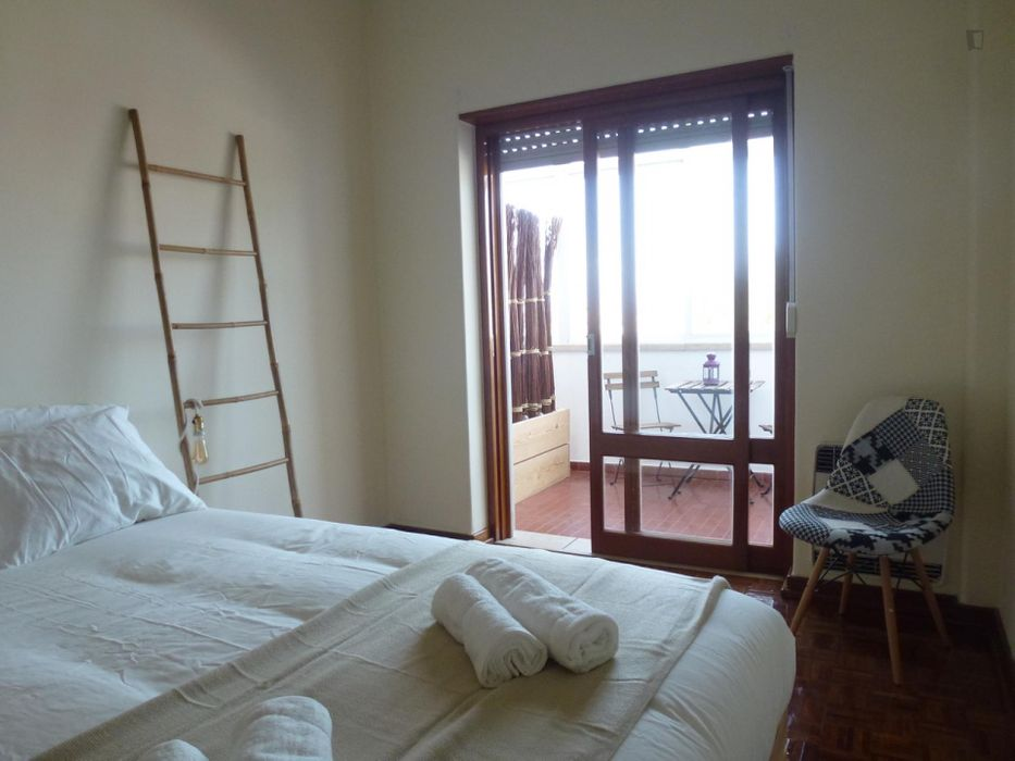 Amazing double bedroom with balcony in Campolide