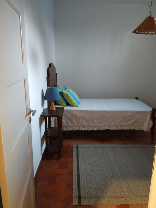 Great single bedroom with private bathroom in Carcavelos