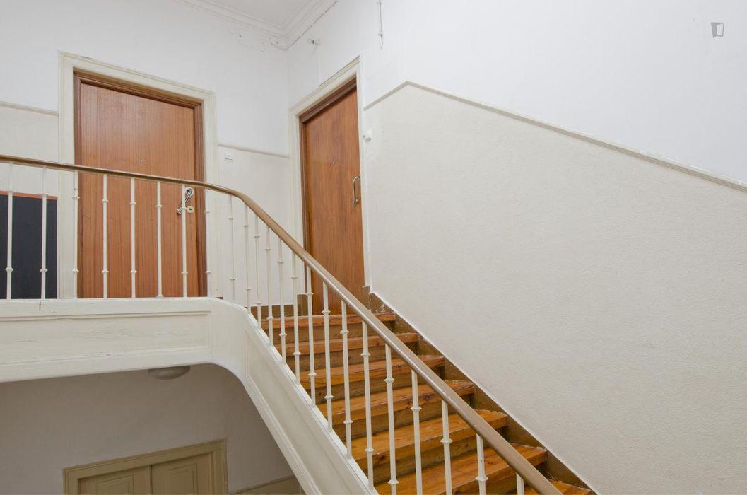 Bright single bedroom in 6-bedroom apartment near Saldanha