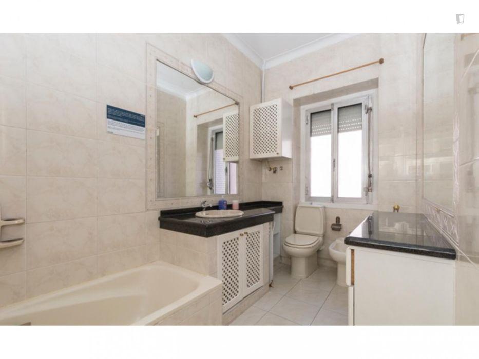 Single ensuite bedroom in a 4-bedroom apartment near Jardim Zoológico de Lisboa