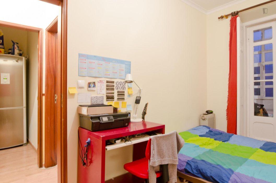 Cosy single bedroom in a fancy 6-bedroom flat near Parque Eduardo VII