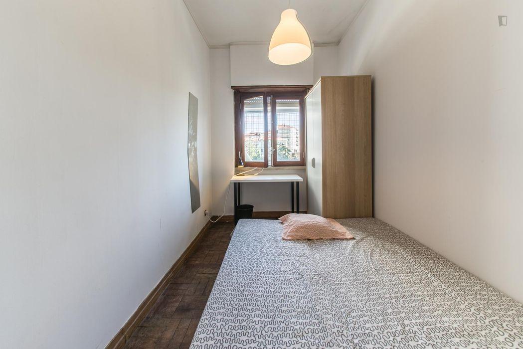 Neat and cosy single bedroom in a 6-bedroom flat, in Alcântara