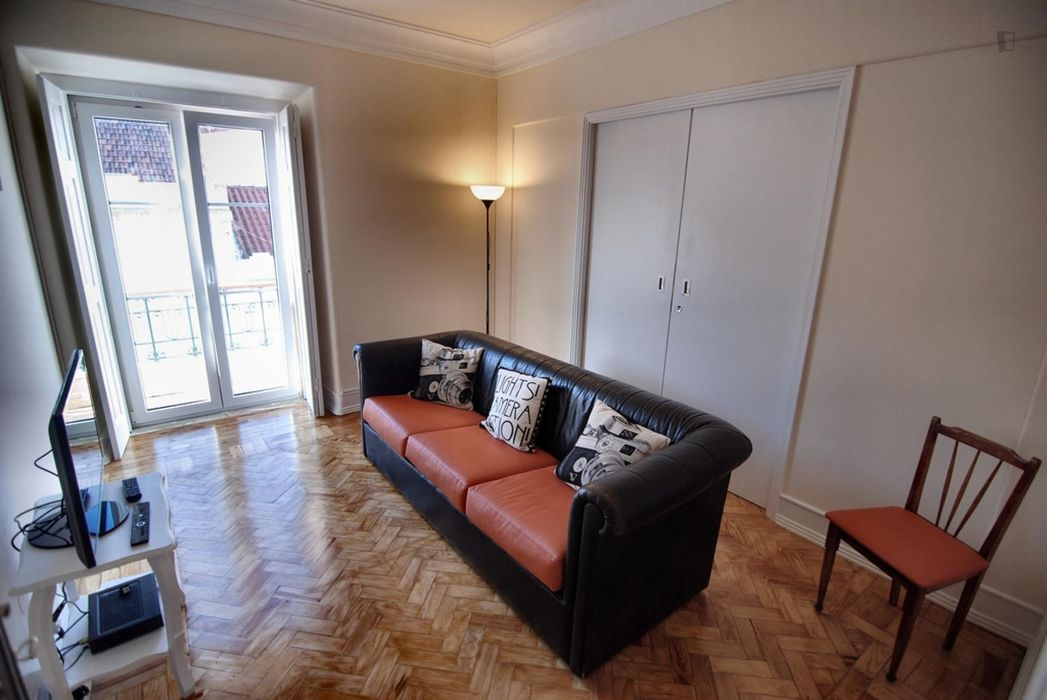 Good looking single bedroom in a refurbished 4-bedroom flat in Entrecampos