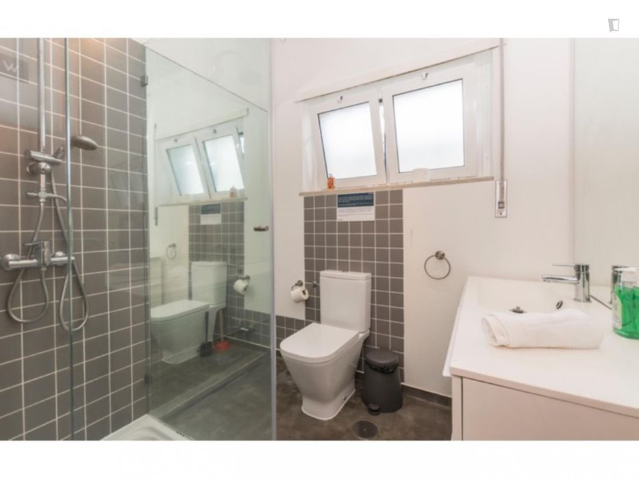 Single bedroom in a 5-bedroom apartment near Praia de São João ref 5704